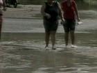 Vítimas da chuva tentam voltar para casa no litoral de Aracruz, ES