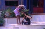 Adélia tira aplique de cabelo da Juliana: 'Parece que está cortando'