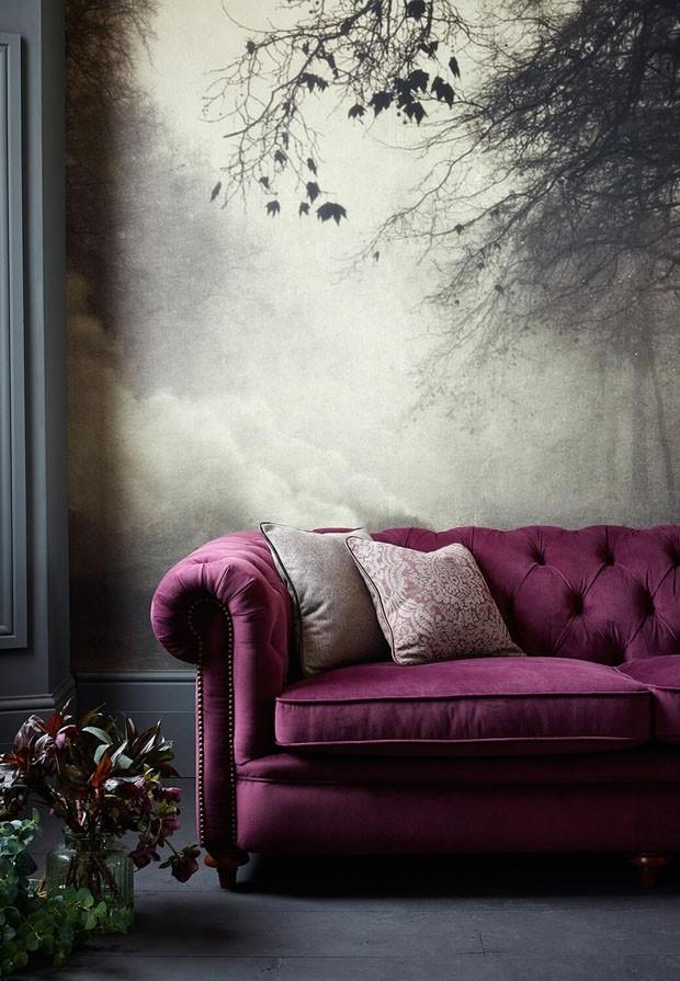 Décor do dia: sofá ultra violet na sala de estar bucólica (Foto: Reprodução)