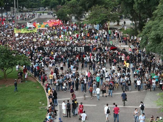 Manifestação contra aumento das tarifas em São Paulo, no Theatro Municipal (Foto: Marcelo Brandt/G1)