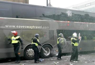 Polícia cerca ônibus do Manchester United, atacado na entrada do estádio do West Ham (Foto: Reprodução/ Twitter (The Mirror))
