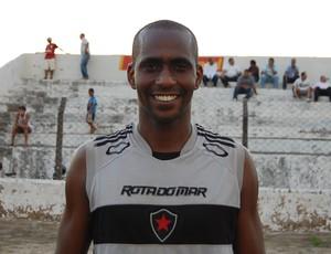 ex-seleção brasileira, evanilson chega ao botafogo-pb (Foto: Rammom Monte)