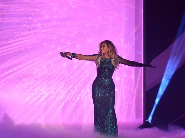 Beyoncé usa vestido brilhante em apresentação em Londres, no Brit Awards (Foto: REUTERS/Toby Melville)