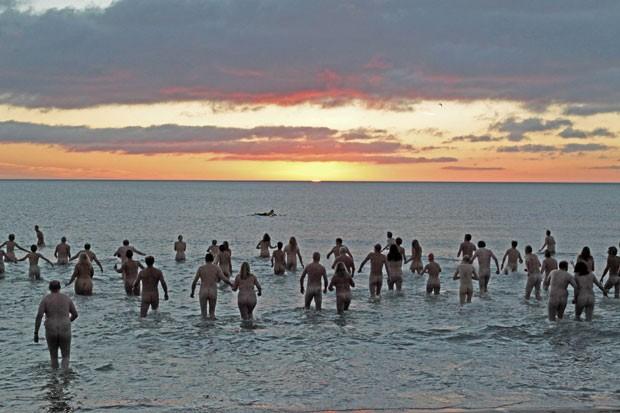 Cerca de 200 pessoas encararam o frio e nadaram nuas em Druridge Bay (Foto: Lindsey Parnaby/AFP)