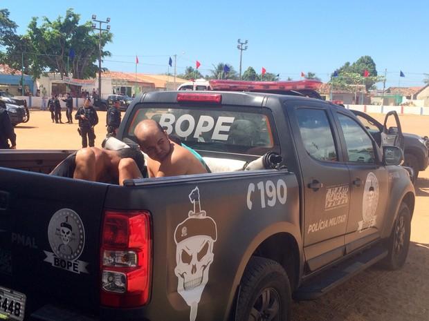 Alguns suspeitos foram detidos durante a operação (Foto: Carolina Sanches/G1)