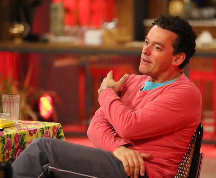 Fernando Rocha antes de ensaiar, na sala de estar da casa do 'Dança' (Foto: Isabella Pinheiro / Gshow)