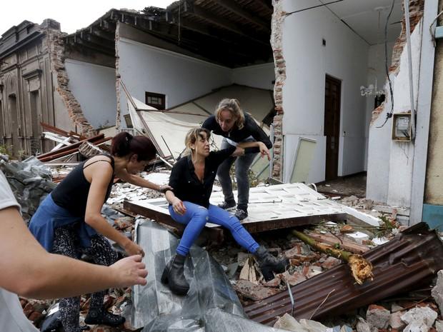 Mulher é amparada em rua de Dolores. (Foto: Reuters)