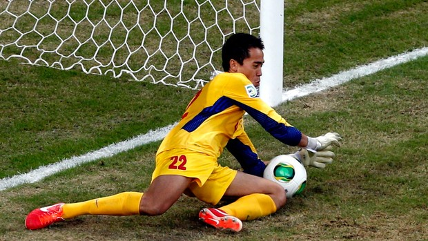 Gilbert Meriel goleiro Taiti defende Pênalti jogo Uruguai (Foto: Reuters)