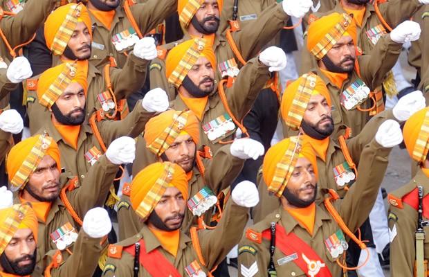 Membros de um destacamento do Exército Territorial (SIKH LI) das Forças Armadas da Índia desfilam durante o Dia da República, em Nova Déli (Foto: AFP PHOTO / RAVEENDRAN)