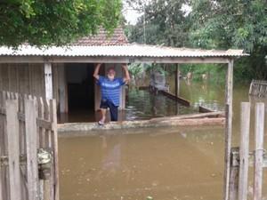 Morador de Bela Vista, MS, fica ilhado na própria residência (Foto: Divulgação/ Defesa Civil)