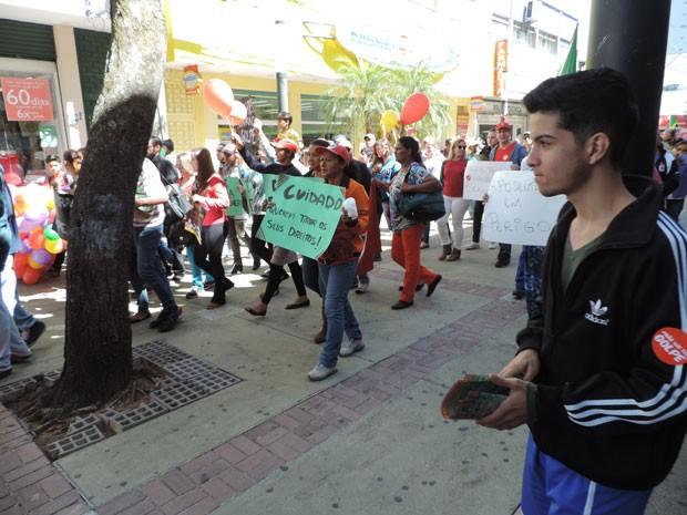 Manifestantes percorreram o Calçadão do Centro de Presidente Prudente (Foto: Gelson Netto/G1)