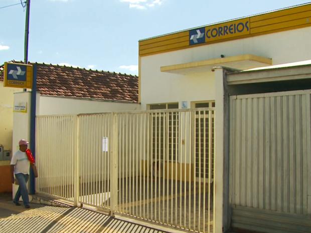 Gerente dos Correios e esposa foram feitos reféns durante assalto em Guaranésia (MG) (Foto: Reprodução EPTV)