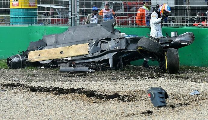 Fernando Alonso após acidente no GP da Austrália (Foto: Reuters)