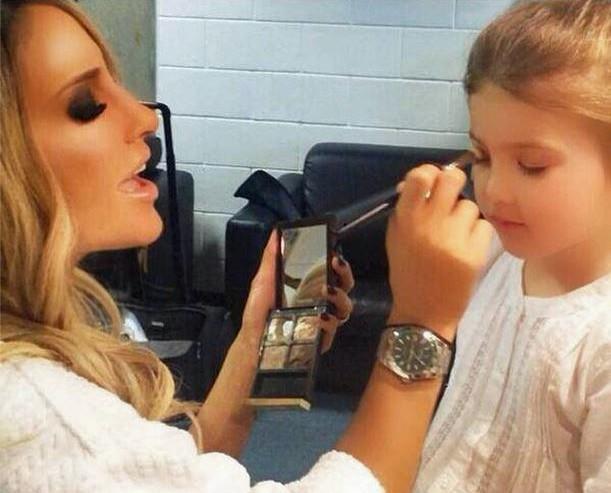 Claudia faz maquiagem em Lara, primogênita de Daniel (Foto: Arquivo Pessoal)