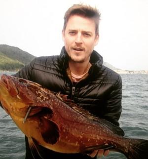 Apresentador posou com Garopa de 6kg pescada por chef de cozinha  (Foto: RBS TV/Divulgação)