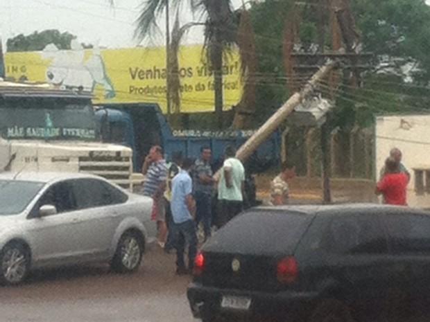 Veículo bateu em poste de energia e deixou bairro sem luz  (Foto: Fernanda Cardoso / Colaboração )