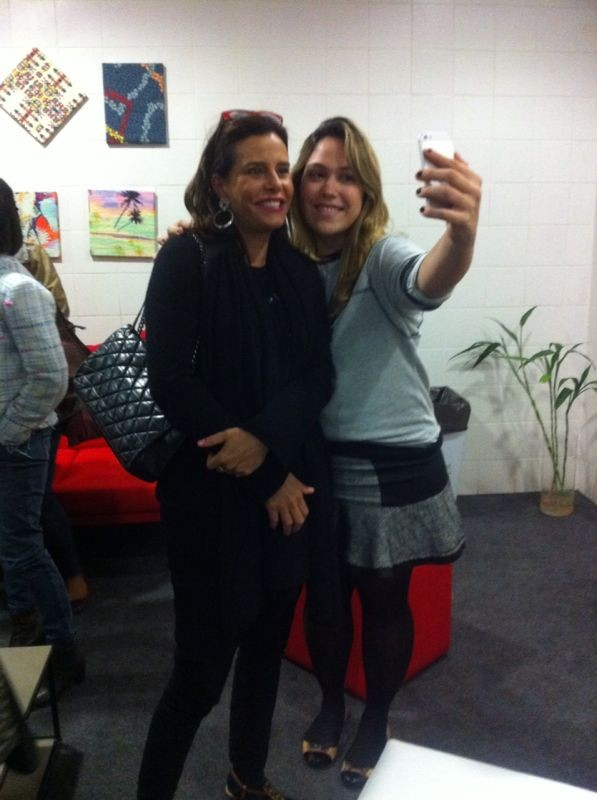 Narcisa Tamborindeguy posa para selfie com f no camarim do Vai Que Cola (Foto: divulgao)