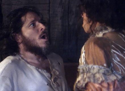 Licurgo chama Germana de Elvira e é expulso do quarto