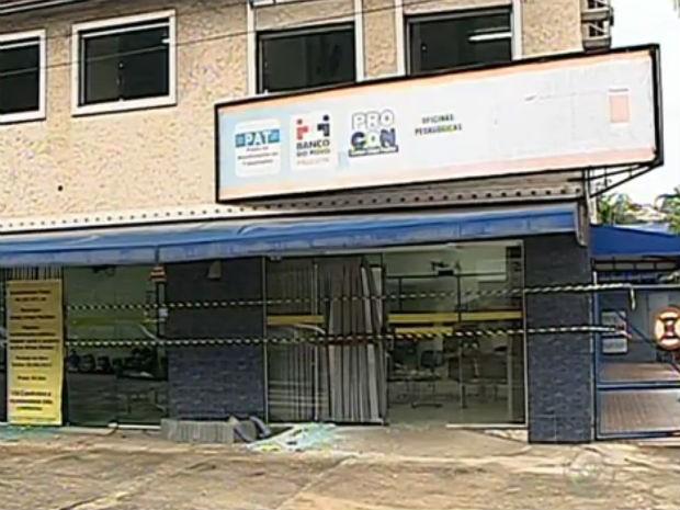 Uma minoria de vândalos depredaram alguns estabelecimentos do Centro da cidade (Foto: Reprodução/TV Tem)