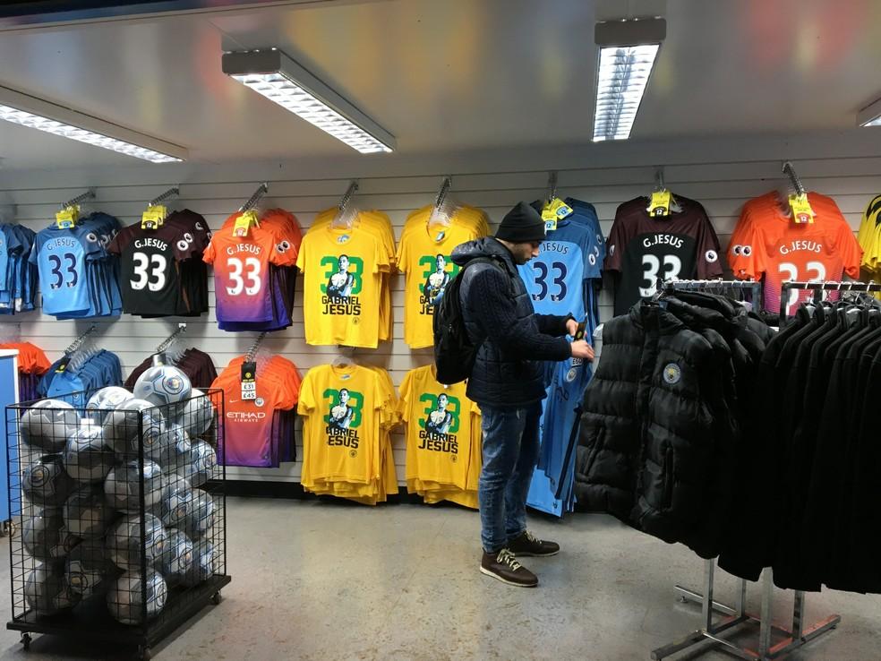 Camisas de Gabriel Jesus vendidas na lojja do City, em Manchester (Foto: Ivan Raupp)
