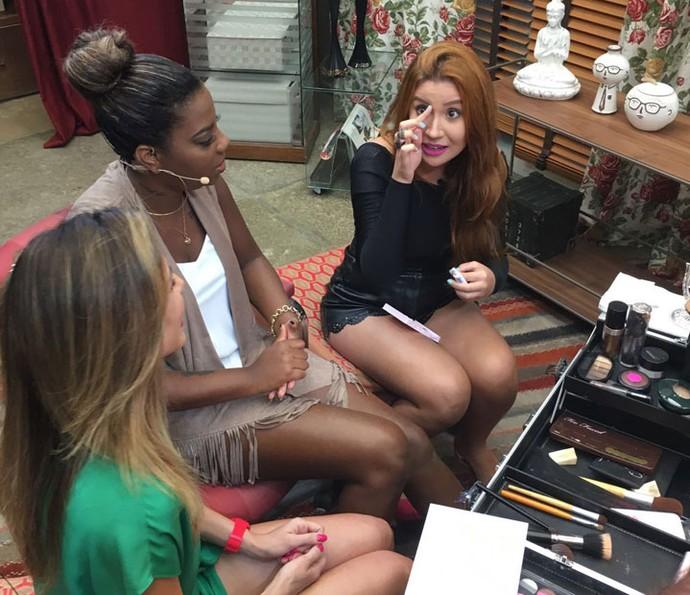 Blogueira Bianca Andrade ensina Ludmilla a colar cílios postiços (Foto: Thaís Dias / Gshow)