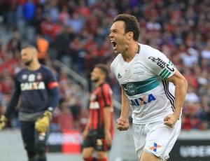 Kléber marcando gol no AtleTIBA (Foto: divulgação/Coritiba)