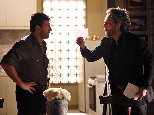 Zé Alfredo explica para Josué o motivo de suspeitar de Cora (Foto: Isabella Pinheiro/ Gshow)