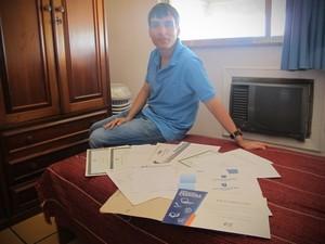 Christian exibe todos os diplomas e certificados que possui diferentes tipos de cursos que já realizou (Foto: Cristiane Cardoso / G1)