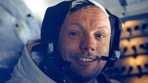 Neil Armstrong em traje de astronauta (Foto: AP/BBC)