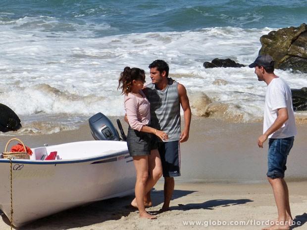Dupla passa a cena de Juliano e Natália com o diretor Thiago Teitelroit (Foto: Flor do Caribe / TV Globo)