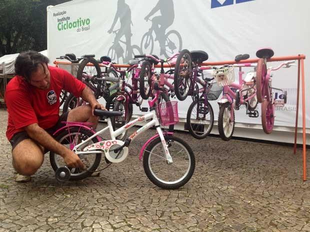 Ciclista André Pasqualini reforma bicicletas usadas para doação a crianças carentes no Natal (Foto: Isabela Leite/G1)