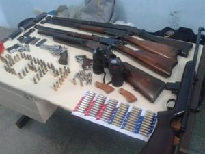 Armas estavam na casa de um homem que foi preso em flagrante. (Foto: Divulgação/Polícia Militar)