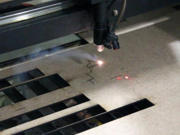 Mini esculturas são feitas a laser (Foto: Jamile Alves/G1 AM)