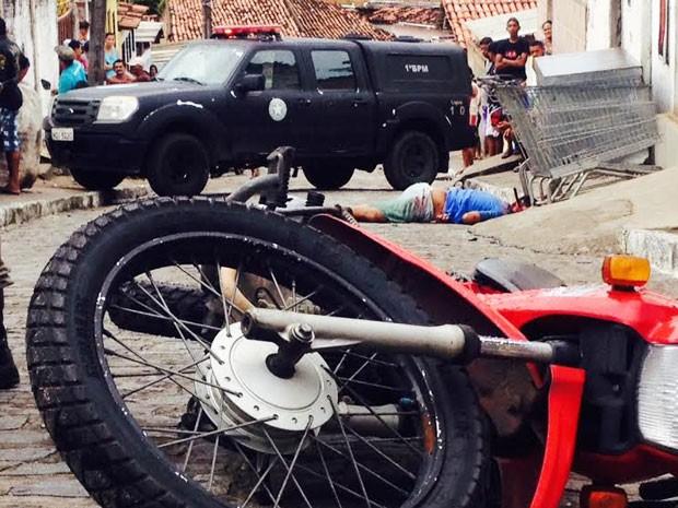 Jovem foi assassinado e teve uma faca cravada em sua cabeça no bairro de Mandacaru (Foto: Walter Paparazzo/G1)