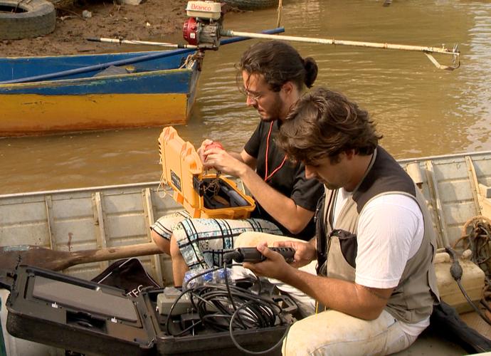 Pesquisadores analisam água em Regência  (Foto: Reprodução / TV Gazeta ES)