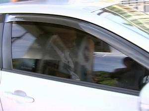 Pastor Carlos Itamar saindo do Quartel da Polícia Militar na tarde desta quinta-feira (21) (Foto: Reprodução/TV Gazeta)