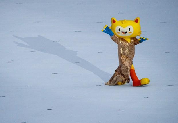 """O mascote Vinícius atravessa o estádio com o vestido """"emprestado"""" por Gisele Bündchen (Foto: OIS/COI/Simon Bruty)"""