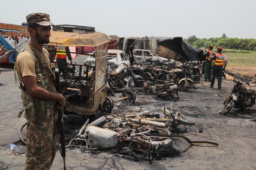 Caminhão-tanque pega fogo e deixa mais de 140 mortos no Paquistão (Foto: SS MIRZA / AFP)