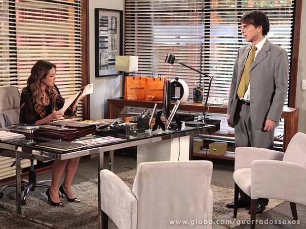 Vânia fica curiosa ao ver o nome de Carolina no laudo (Foto: Guerra dos Sexos / TV Globo)