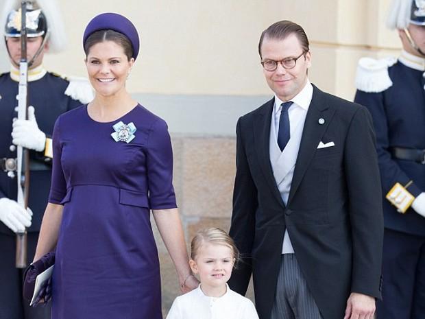 Victoria e Daniel posam com Estelle, a filha mais velha, que tem quatro anos (Foto: Getty Images/ Reprodução)