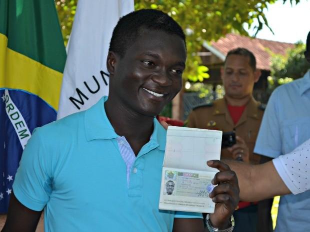 O haitiano Jalens Volf August, de 16 anos, está no Acre há mais de um ano e, em solenidade neste sábado (7), recebeu o passaporte com o visto francês (Foto: Caio Fulgêncio/G1)