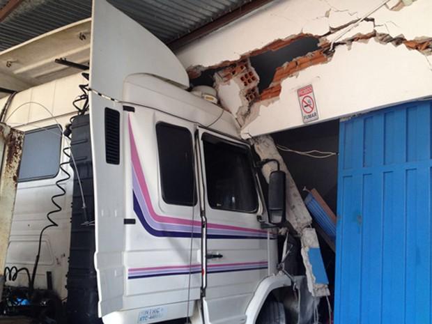 Estrutura de prédio ficou comprometida com a colisão (Foto: Wellington Roberto/G1)