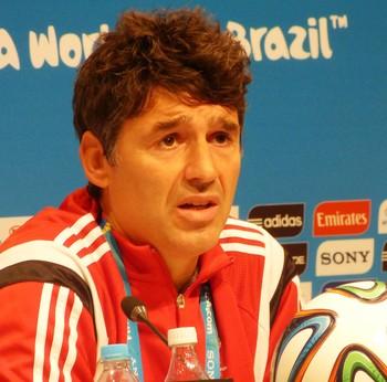 Massimo Bussacca, chefe de arbitragem da Fifa, e reprodução de lance de penalti fred (Foto: Vicente Seda)