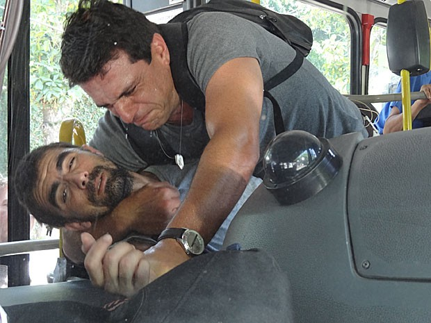 Théo luta com bandido no ônibus (Foto: Salve Jorge / TV Globo)