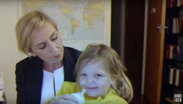 Na versão cômica do vídeo, a professora aparece dando leite para a filha e mais tarde oferecendo um brinquedo ao menino (Foto: Reprodução Youtube)