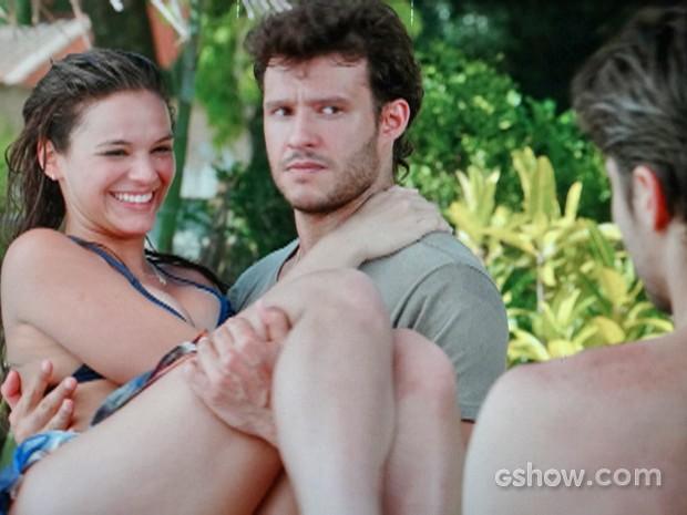 Helena pula no colo de Virgílio para fazer ciúmes em Laerte (Foto: Em Família/ TV Globo)