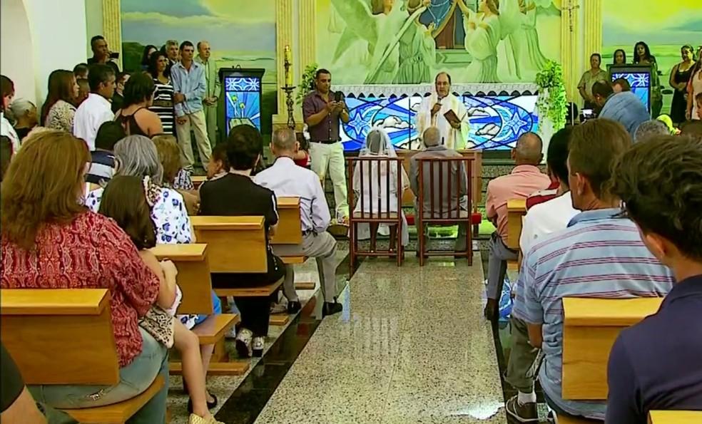 Igreja em Fortaleza de Minas (MG) ficou completamente lotada para casamento de homem de 102 anos com mulher de 80 anos (Foto: Reprodução EPTV/Cacá Trovó)