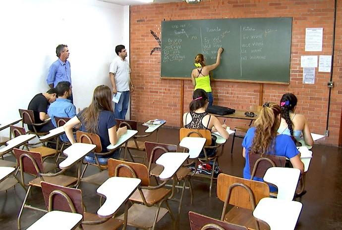 Faculdade de Araçatuba oferece aulas de português gratuitas para os refugiados (Foto: Reprodução / TV TEM)