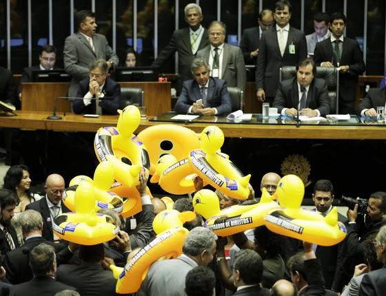 PT vota contra o projeto de terceirização na Câmara, com boias de patos (Foto: Gustavo Bezerra/PT na Câmara)