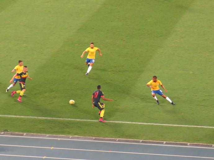 Berrío marcado por Diego e Jorge Brasil x Colômbia (Foto: Daniel Mundim)